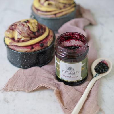 Lorsqu'elle s'invite dans vos créations pâtissières, la Myrtille se révèle, un peu moins sauvage. Une alliance à tomber par terre... 🥰  Et si je partageais avec vous la recette de cette délicieuse brioche (vegan!!), qu'en dites-vous ?! 😋  #lapetitecueillette #confiture #jam #blueberry #food #recette #vegan #veganfood #miam