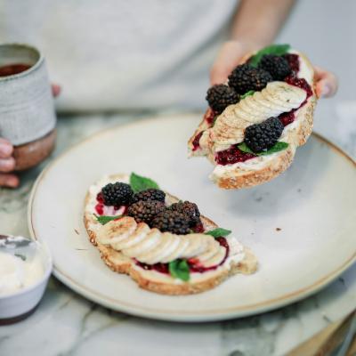 🍵🌝 Morning Inspiration...   💬 La Confiture de Mûre │ N°91 est disponible sur le site, lien direct dans la bio.   #lapetitecueillette #confiture #tartines #breakfast #coffee #jam #blackberry #vegan #veganfood #petitdejeuner